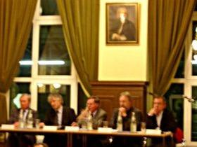 Unter der Moderation von Dr. J. Fischer (Mitte) diskutierten (v.l.n.r.): Dr. Appelt, M. zur Nedden, Cr. Crimmann und Hr. Seidel
