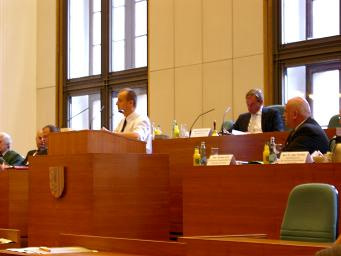 Stadtrat Gunter Müller spricht in Anwesenheit von Staatsminister Thomas Jurk in der Sonder-Ratsversammlung zum Thema Beschäftigungspolitik
