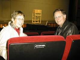 Dr. Karin Scheibe und Dr. Joachim Fischer bei der Übernahme eines Namensschildes im Schauspielhaus